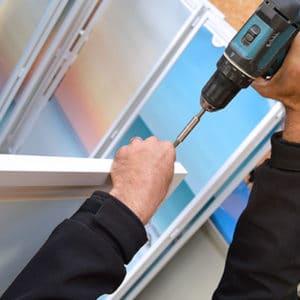 Médicascreen® montage d'une série de paravents mobiles NOMADE-Activ Air® personnalisés, en atelier